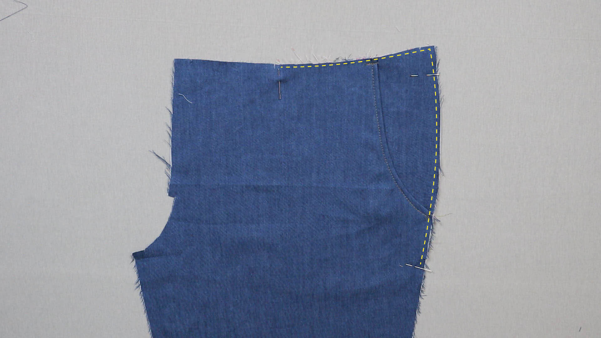 Taschenbeutel mit Hilfsnaht an Außenkante der Vorderhose verbinden