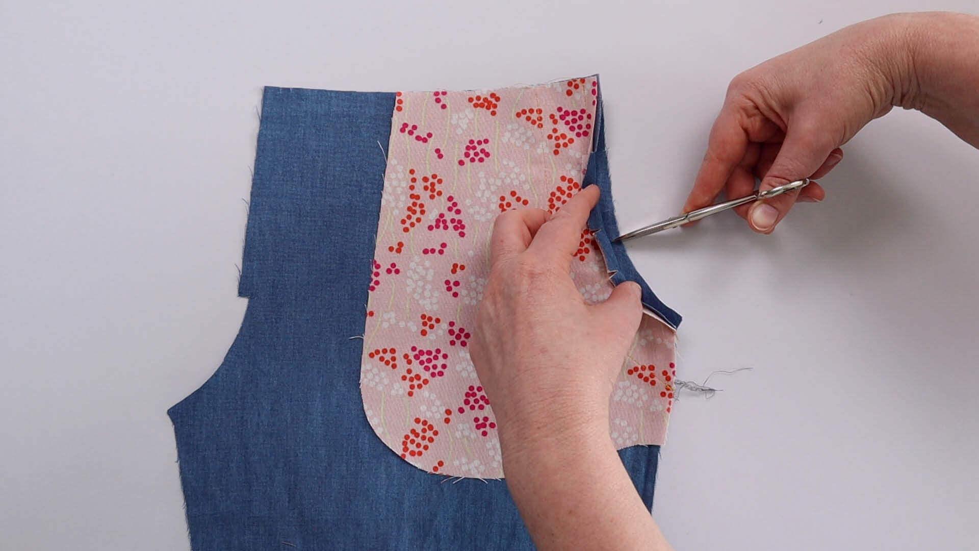 Nahtzugabe am runden Tascheneingriff einschneiden