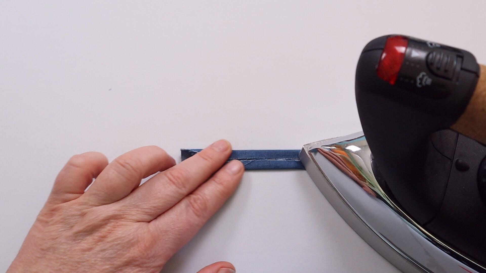 Nähanleitung Paspeltasche- Arbeitsschritt-Knopfschlaufe vorbereiten