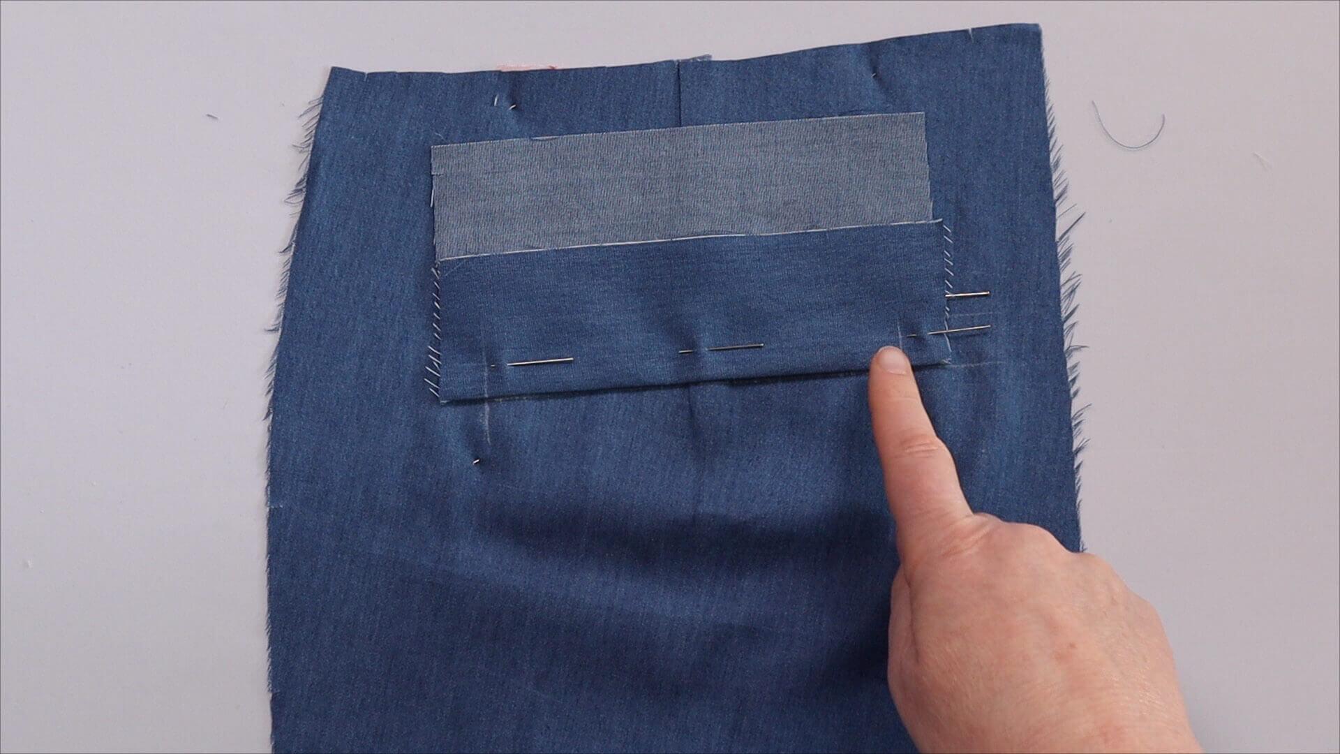 Nähanleitung einseitige Paspeltasche- Arbeitschritt: unterer Taschenpaspel Umbruch an unterer Anlegelinie platziert