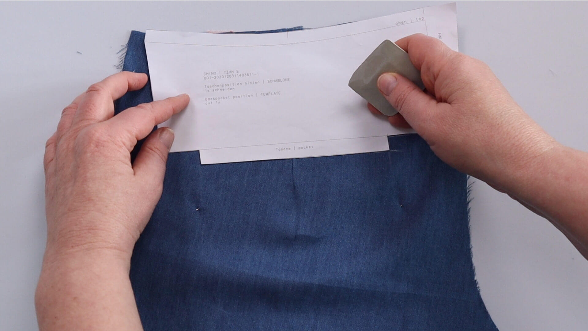 Hosentasche selber nähen- Schritt: Taschenposition auf rechter Stoffseite anzeichnen