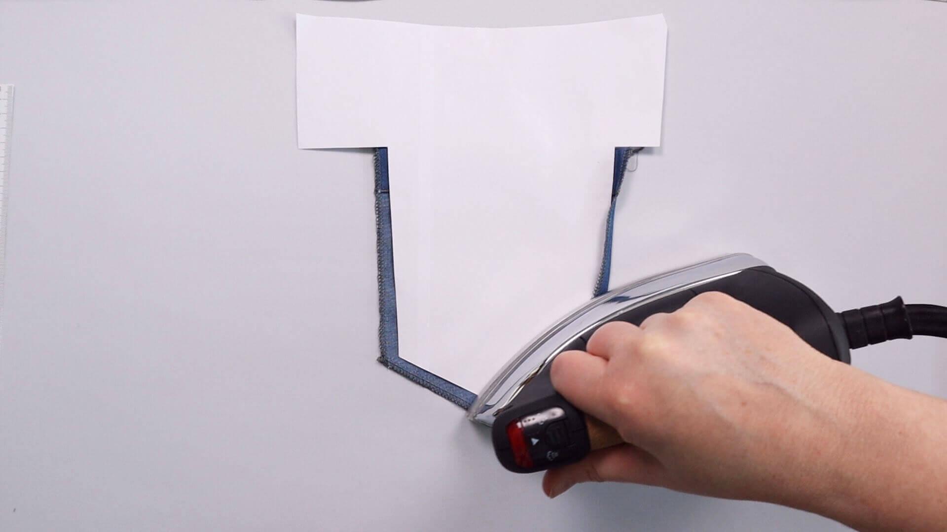 aufgesetzte Hosentasche selber nähen- Kanten mit Schablone umbügeln