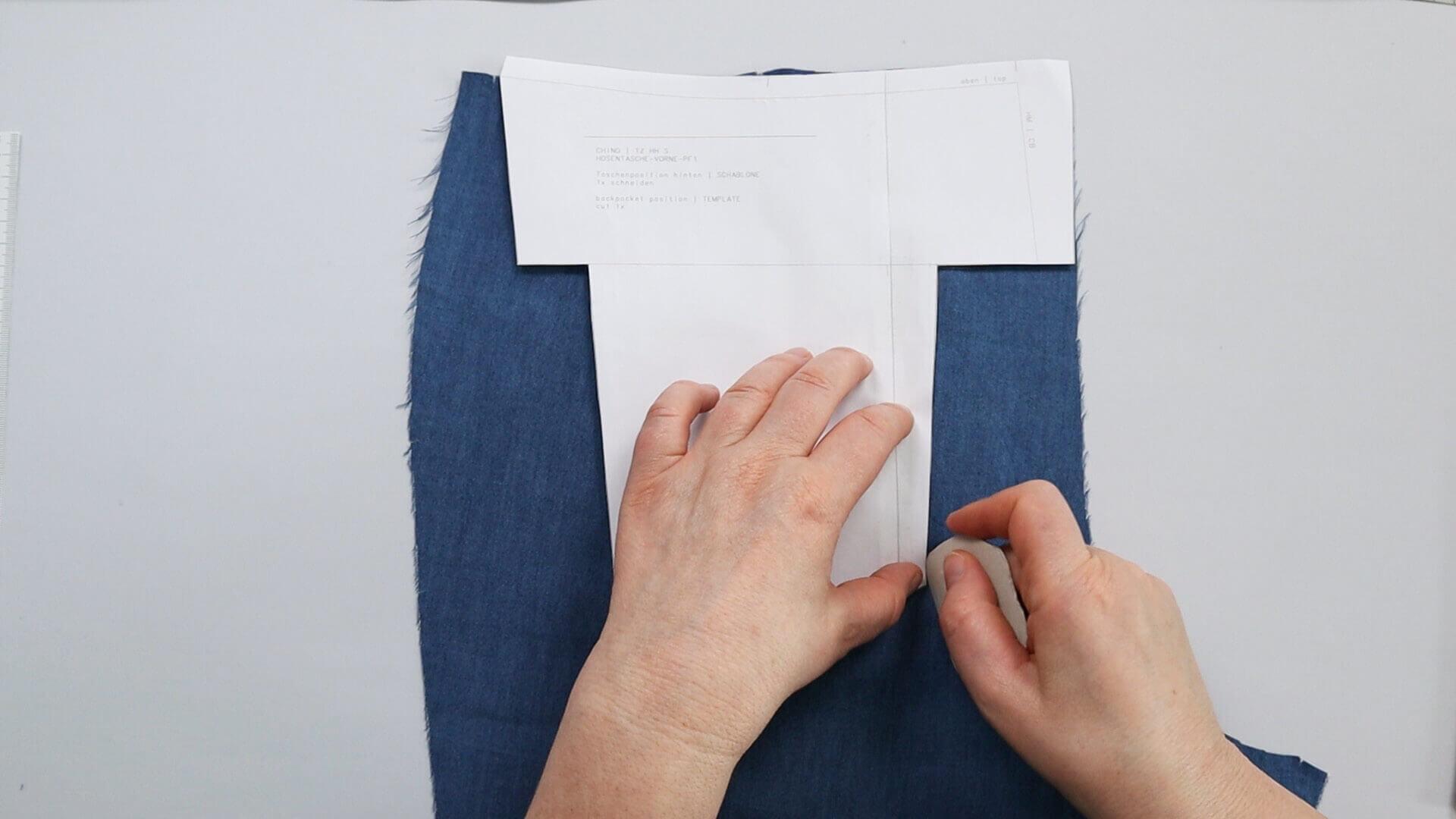 aufgesetzte Hosentasche selber nähen-Taschenposition nach Schablone auf Hinterhose anzeichnen