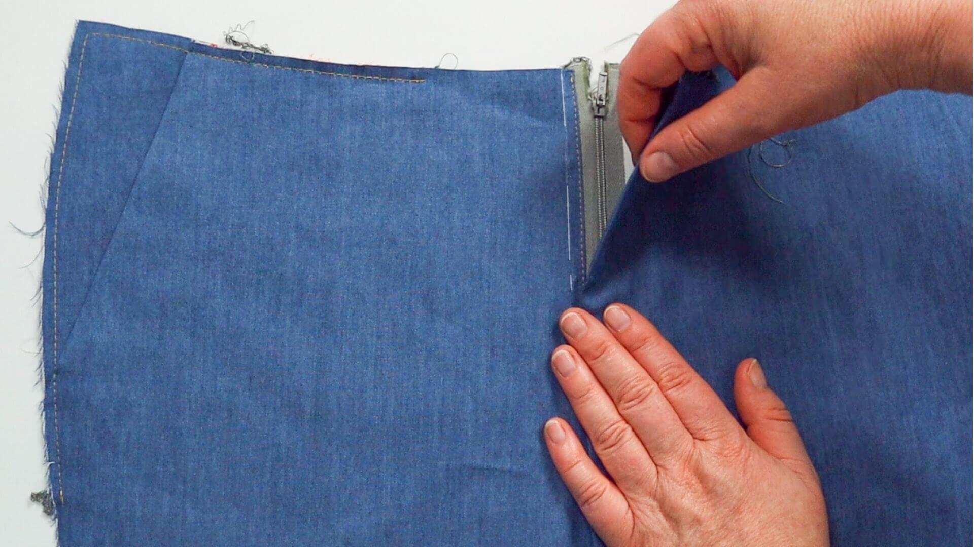 Hosenschlitz mit Reißverschluss selber nähen-Schlitz an vorderer Mitte aufeinander stecken