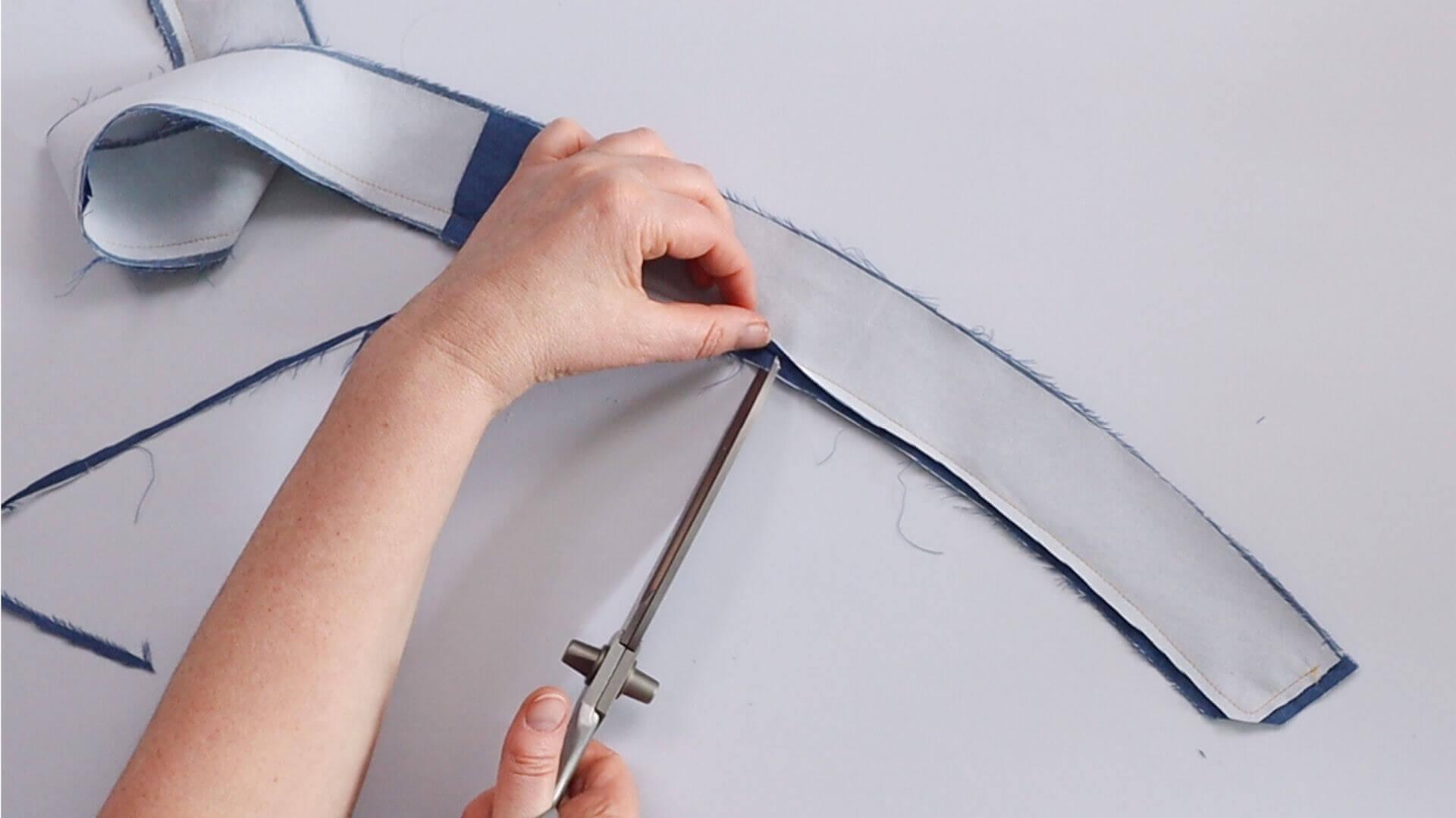 angesetzten Hosenbund #B01 selber nähen-Nahtzugaben an verstürzte Bundkante verschneiden und einknipsen