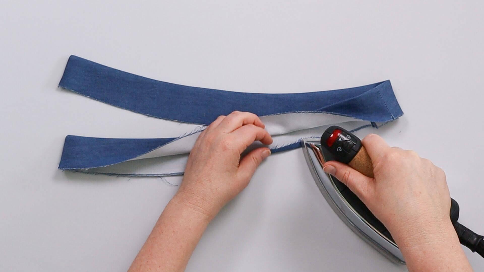 angesetzten Hosenbund #B01 selber nähen-Unterkante der Bundinnenseite umbügeln